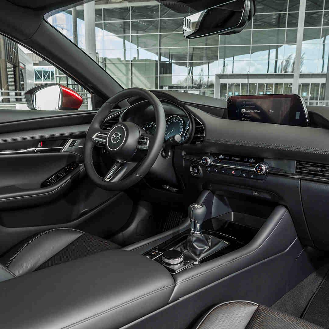 Mazda3_Fastback_Allgaeu_bequemer_Innenraum_viel_Platz_Innen_Elektroauto_E-Auto_Hybridfahrzeug_foerderung